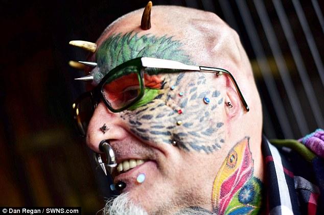 Dị nhân cắt tai, cấy mỏ để... trông giống vẹt - 3