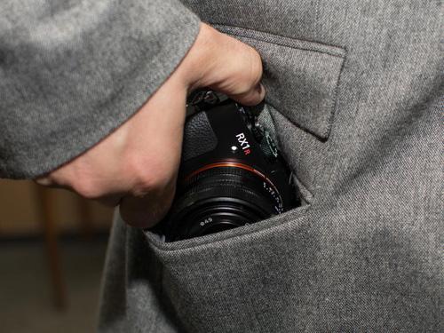 Máy ảnh Sony RX1R II: Thiết kế nhỏ gọn, hiệu suất mạnh mẽ - 9