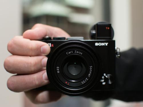 Máy ảnh Sony RX1R II: Thiết kế nhỏ gọn, hiệu suất mạnh mẽ - 2