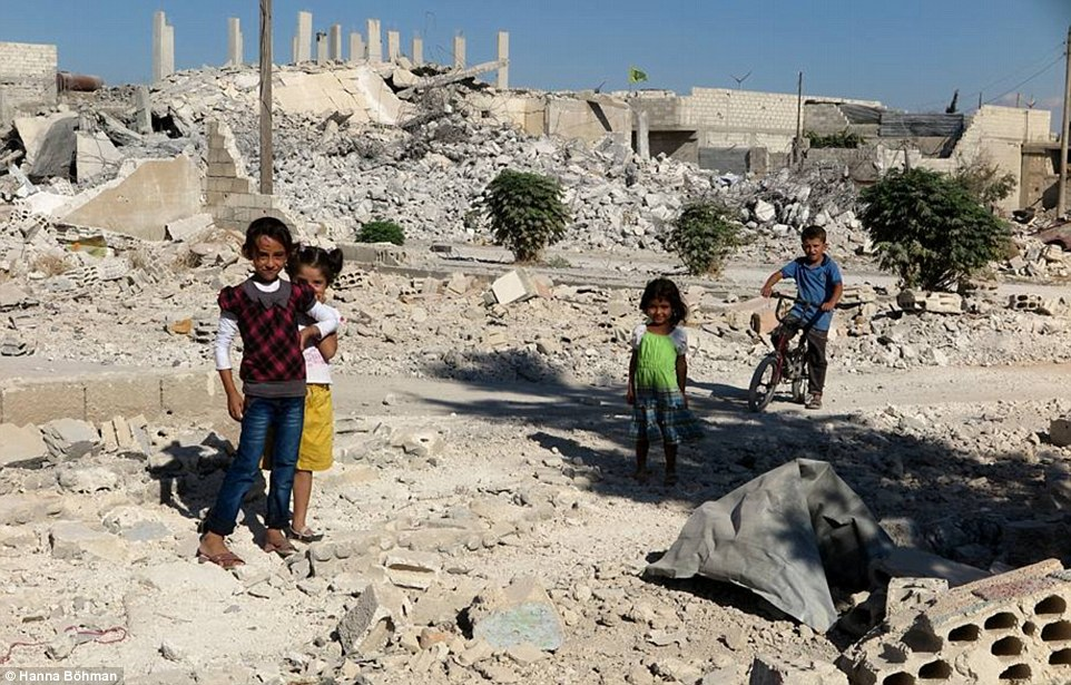 Ảnh: Cuộc sống của trẻ em giữa vùng chiến sự hoang tàn Syria - 1