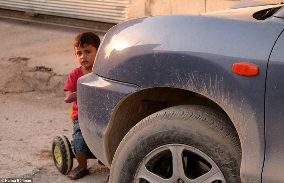 Ảnh: Cuộc sống của trẻ em giữa vùng chiến sự hoang tàn Syria - 12
