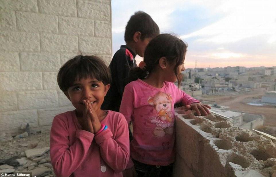 Ảnh: Cuộc sống của trẻ em giữa vùng chiến sự hoang tàn Syria - 2