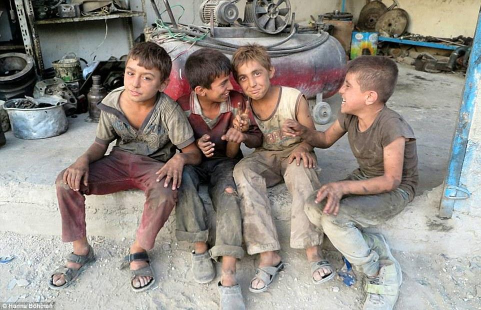 Ảnh: Cuộc sống của trẻ em giữa vùng chiến sự hoang tàn Syria - 7