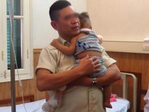 Tin tức trong ngày - Bé trai 10 tháng văng khỏi xe máy, bị ôtô chở rác cán
