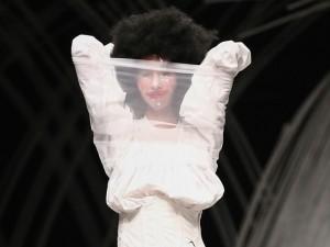 Trầm trồ xem người mẫu Việt bị trói tay đi catwalk