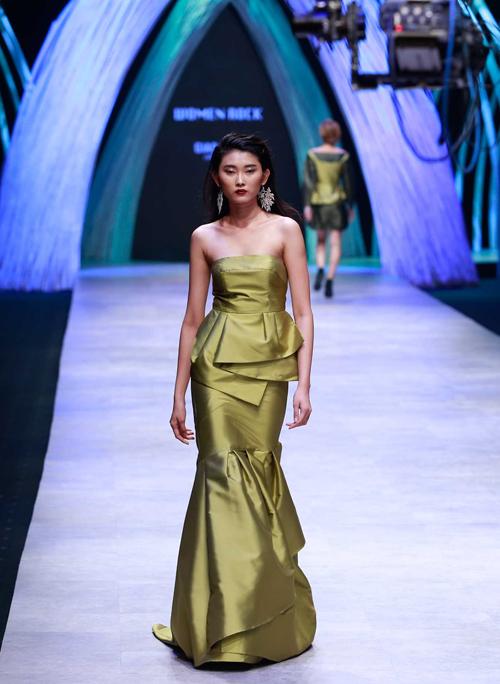 NTK Việt mang 1.000 viên ngọc trai lên sàn catwalk - 1