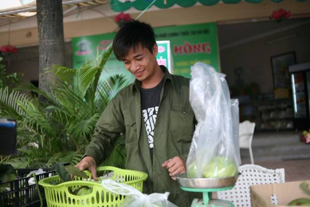 Bất ngờ với hình ảnh Lệ Rơi đứng bán ổi ở Hà Nội - 1