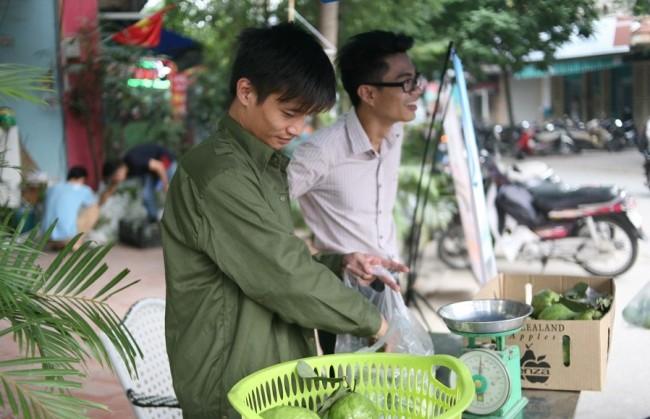 Bất ngờ với hình ảnh Lệ Rơi đứng bán ổi ở Hà Nội - 2