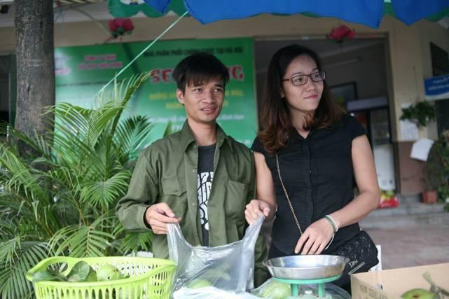 Bất ngờ với hình ảnh Lệ Rơi đứng bán ổi ở Hà Nội - 11