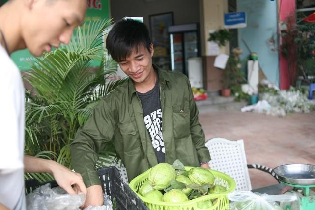 Bất ngờ với hình ảnh Lệ Rơi đứng bán ổi ở Hà Nội - 12