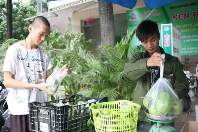 Bất ngờ với hình ảnh Lệ Rơi đứng bán ổi ở Hà Nội - 4