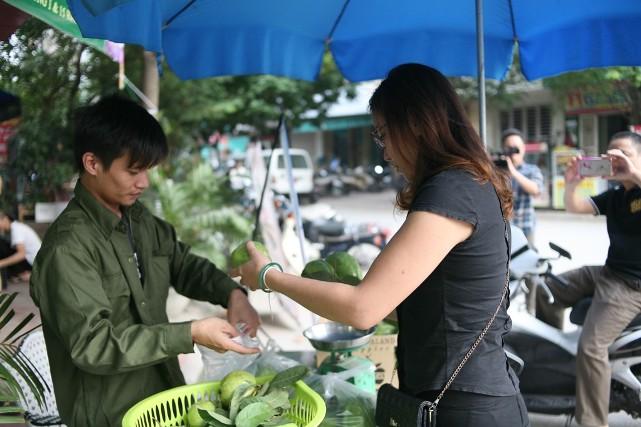 Bất ngờ với hình ảnh Lệ Rơi đứng bán ổi ở Hà Nội - 5
