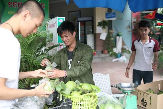 Bất ngờ với hình ảnh Lệ Rơi đứng bán ổi ở Hà Nội - 6