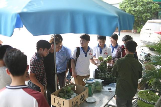 Bất ngờ với hình ảnh Lệ Rơi đứng bán ổi ở Hà Nội - 7