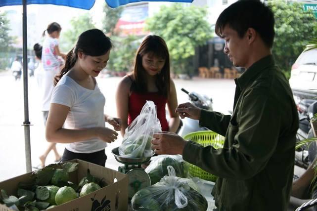 Bất ngờ với hình ảnh Lệ Rơi đứng bán ổi ở Hà Nội - 8