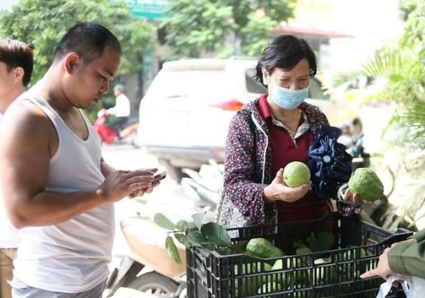 Bất ngờ với hình ảnh Lệ Rơi đứng bán ổi ở Hà Nội - 9