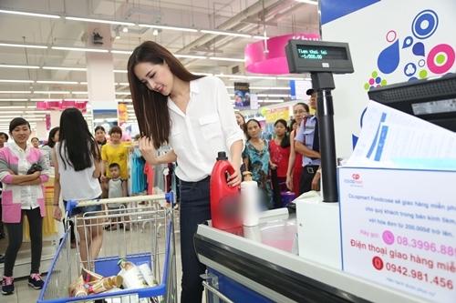 Fan bất ngờ khi gặp Mai Phương Thúy ở siêu thị - 4