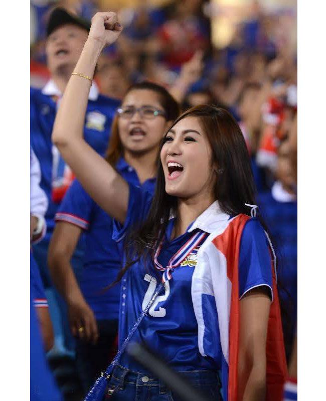 Wariya Wongputtha được giới trẻ Việt biết đến khi xuất hiện xinh đẹp trên sân vận động Mỹ Đình cổ vũ trận đấu giữa Thái Lan và Việt Nam