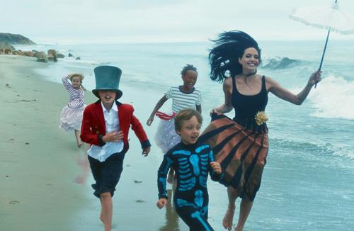 Mẹ con Angelina Jolie đẹp tựa thiên thần bên bờ biển - 2