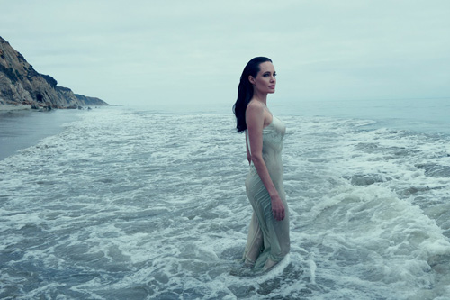 Mẹ con Angelina Jolie đẹp tựa thiên thần bên bờ biển - 5