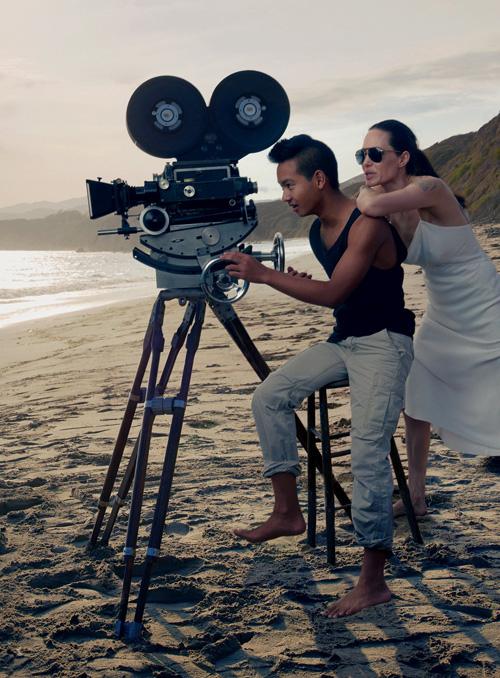 Mẹ con Angelina Jolie đẹp tựa thiên thần bên bờ biển - 6