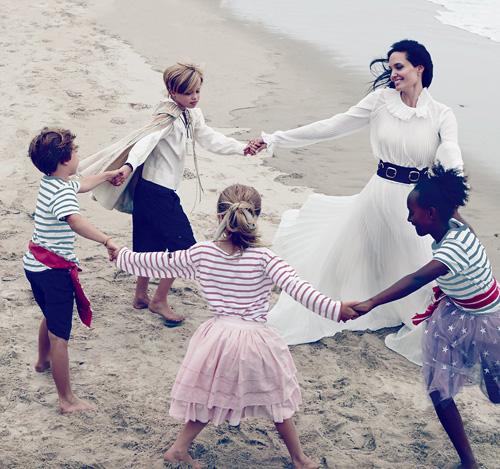 Mẹ con Angelina Jolie đẹp tựa thiên thần bên bờ biển - 3
