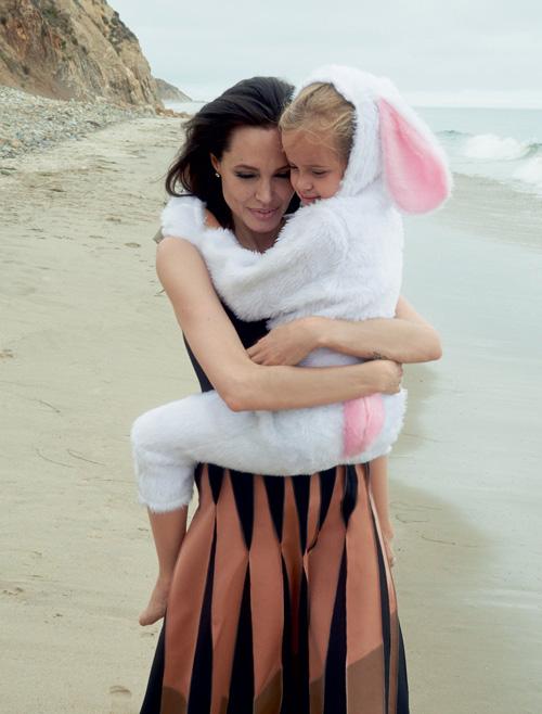 Mẹ con Angelina Jolie đẹp tựa thiên thần bên bờ biển - 7
