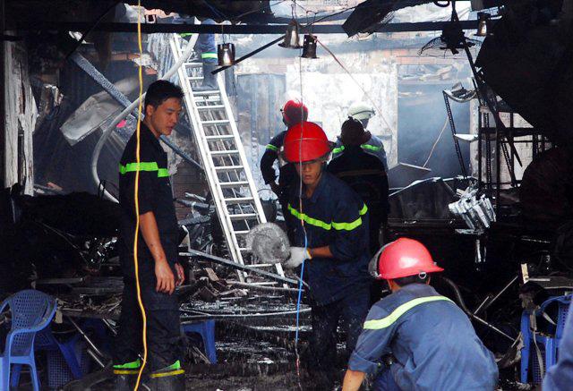 Cháy quán hủ tiếu: Xót xa người mẹ chết trong tư thế ôm con - 2