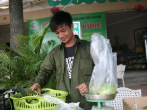 Ca nhạc - MTV - Bất ngờ với hình ảnh Lệ Rơi đứng bán ổi ở Hà Nội