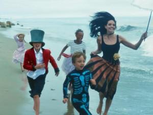 Phim - Mẹ con Angelina Jolie đẹp tựa thiên thần bên bờ biển