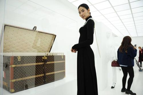 Hoàng Thùy mặc áo dài đến triển lãm Louis Vuitton - 1