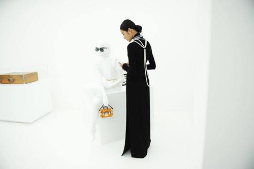 Hoàng Thùy mặc áo dài đến triển lãm Louis Vuitton - 4