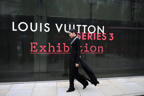 Hoàng Thùy mặc áo dài đến triển lãm Louis Vuitton - 2