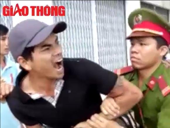 """Video: Thanh niên la làng, vu CSGT là """"cướp"""" - 1"""
