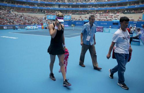 Tennis 24/7: Kyrgios suýt đánh bóng trúng trọng tài biên - 1