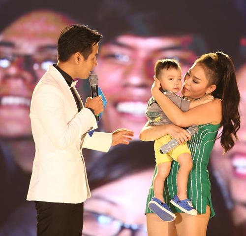 Thu Minh giúp em bé đi lạc tìm mẹ trên sân khấu - 1