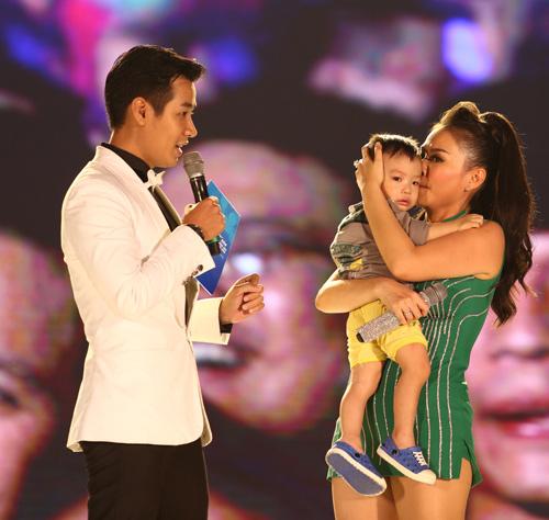 Thu Minh giúp em bé đi lạc tìm mẹ trên sân khấu - 2