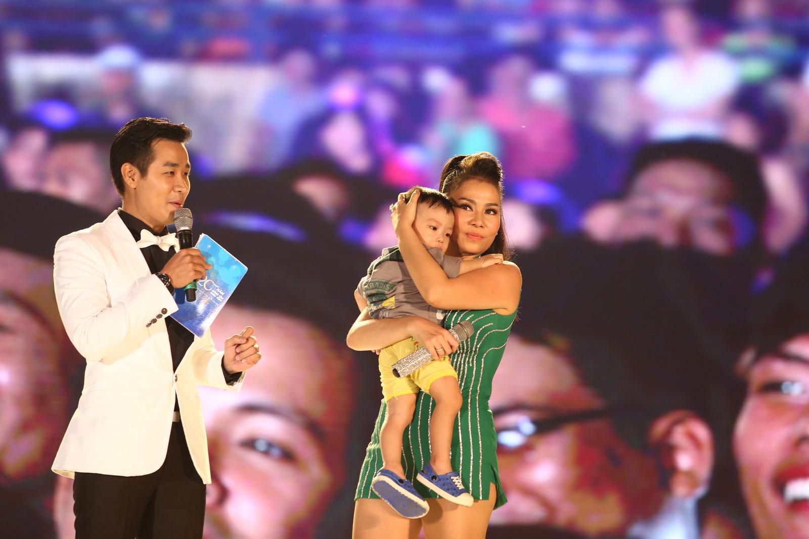 Thu Minh giúp em bé đi lạc tìm mẹ trên sân khấu - 3