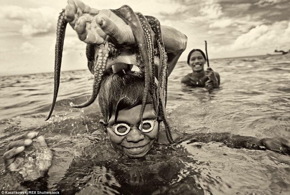 Chùm ảnh: Cuộc sống của bộ tộc du cư trên biển - 1
