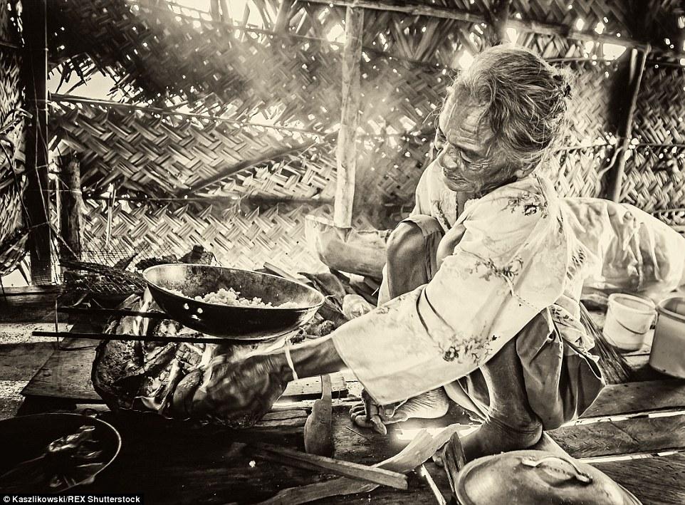 Chùm ảnh: Cuộc sống của bộ tộc du cư trên biển - 8