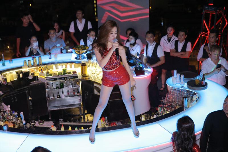 """Hoàng Thùy Linh khoe đường cong """"thôi miên"""" khán giả - 5"""