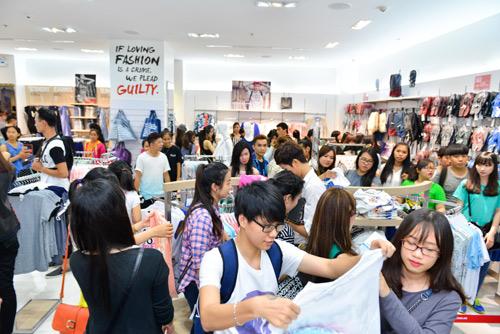 Bạn trẻ xếp hàng mua sắm trong ngày khai trương Penshoppe - 1