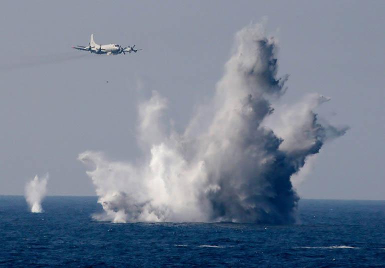 """Nhật bất ngờ """"khoe"""" sức mạnh dàn tàu chiến hoành tráng - 4"""