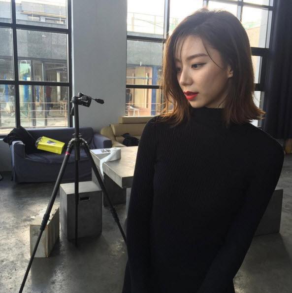 Bà xã Bae Yong Joon đẹp nõn nà sau khi kết hôn - 8