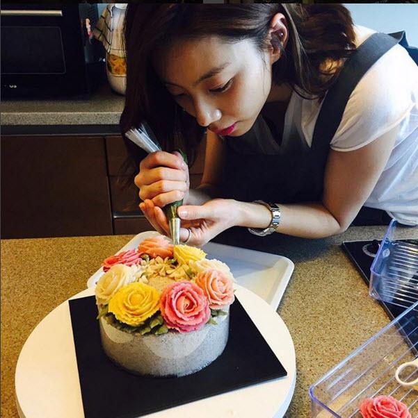 Bà xã Bae Yong Joon đẹp nõn nà sau khi kết hôn - 6