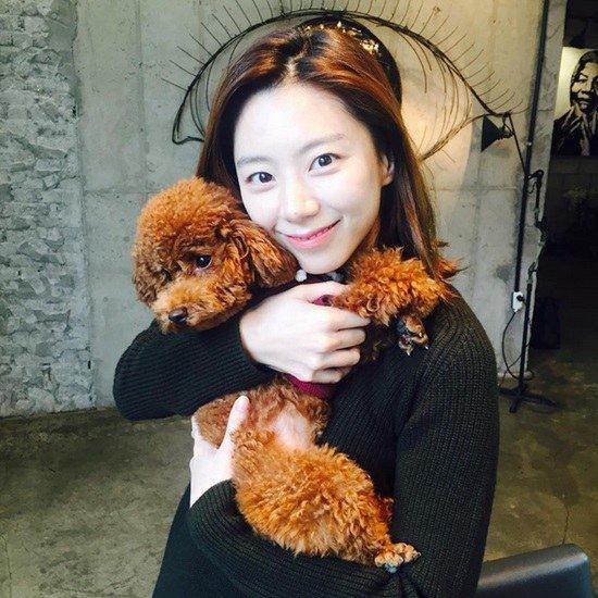 Bà xã Bae Yong Joon đẹp nõn nà sau khi kết hôn - 4