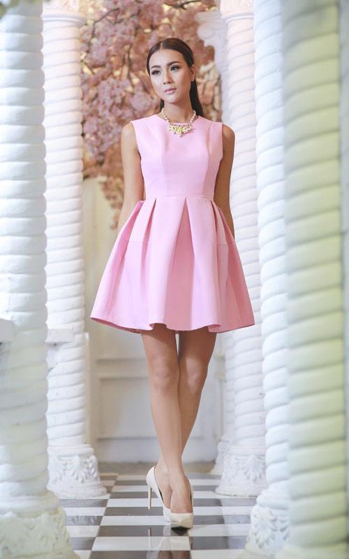 Bí quyết chọn trang phục ngọt ngào cho quý cô mùa dự tiệc - 1