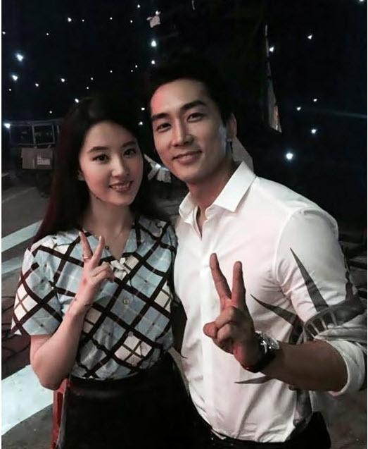 """Lưu Diệc Phi và bạn trai Song Seung Heon về quê """"ra mắt"""" - 3"""