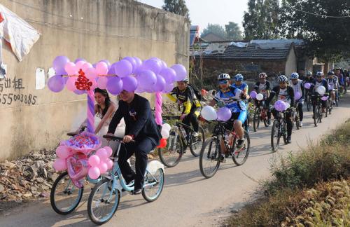 Xôn xao màn rước dâu bằng xe đạp siêu lãng mạn - 3