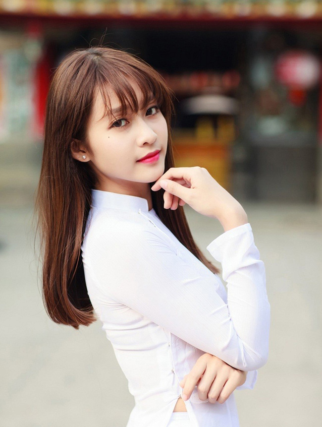 Khả Ngân (tên thật là Trần Thị Kim Ngân, sinh năm 1997) là một hot girl có rất nhiều fan hâm mộ. Cô từng được ca tụng là một trong những hot girl xinh đẹp bậc nhất showbiz Việt